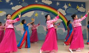 Cô trò trường Việt - Triều hát múa mừng ông Kim Jong-un sang Việt Nam