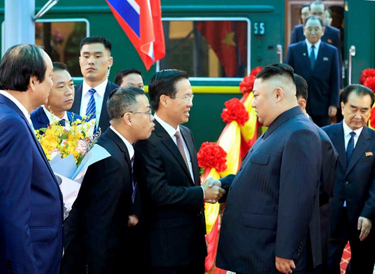 Ủy viên Bộ Chính trị, Trưởng ban Tuyên giáo Trung ương Võ Văn Thưởng bắt tay chào Chủ tịch Kim Jong-un khi ông bước xuống khỏi đoàn tàu bọc thép. Ảnh: Nhật Bắc.