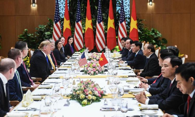 Tổng thống Mỹ Donald Trump (trái) hội kiến với Thủ tướng Nguyễn Xuân Phúc vào trưa ngày 27/2 tại Hà Nội. Ảnh: CNN.