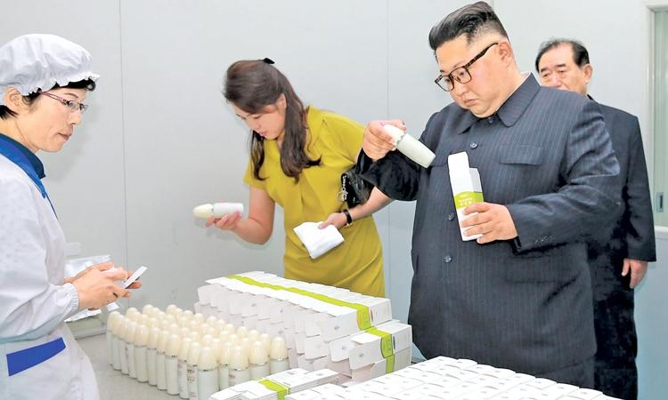 Chủ tịch Triều Tiên Kim Jong-un và đệ nhất phu nhân trong chuyến thị sát nhà máy mỹ phẩm Sinuiju năm ngoái. Ảnh: AFP.