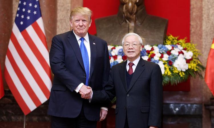 Tổng thống Trump bắt tay Tổng Bí thư, Chủ tịch nước Nguyễn Phú Trọng trong cuộc gặp trưa 27/2. Ảnh: AFP.