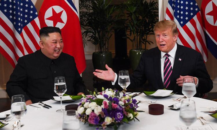 Tổng thống Mỹ Donald Trump (phải) và Chủ tịch Triều Tiên Kim Jong-un tại bữa tối hôm qua ở khách sạn Metropole, Hà Nội. Ảnh: AFP.