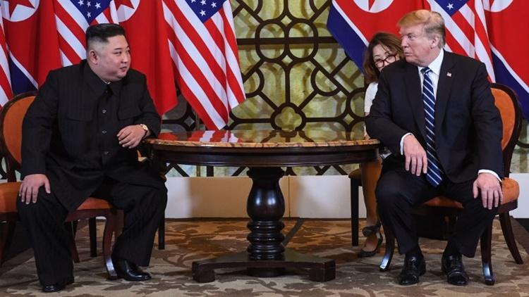 Tổng thống Mỹ Trump (phải) và Chủ tịch Triều Tiên Kim Jong-un trao đổi trước báo giới trước khi họp kín. Ảnh:AFP.