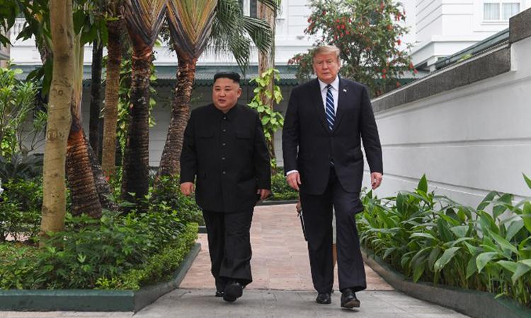 Tổng thống Trump (phải) và Chủ tịch Kim đi dạo trong khuôn viên khách sạn Metropole sáng nay. Ảnh: AFP.