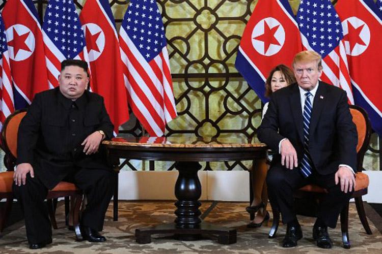 Chủ tịch Triều Tiên Kim Jong-un (trái) và Tổng thống Mỹ Donald Trump tại khách sạn Metropole, Hà Nội hôm nay. Ảnh: AFP.