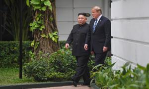 Hai nhà lãnh đạo Trump - Kim đi dạo trong khách sạn