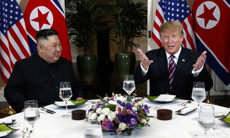 Chủ tịch Triều Tiên Kim Jong-un và Tổng thống Mỹ Donald Trump ăn tối tại khách sạn Metropole hôm qua. Ảnh: Reuters.