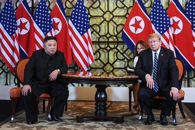 Tổng thống Trump (phải) và Chủ tịch Kim trao đổi trước khi gặp thượng đỉnh ở Metropole. Ảnh: AFP.