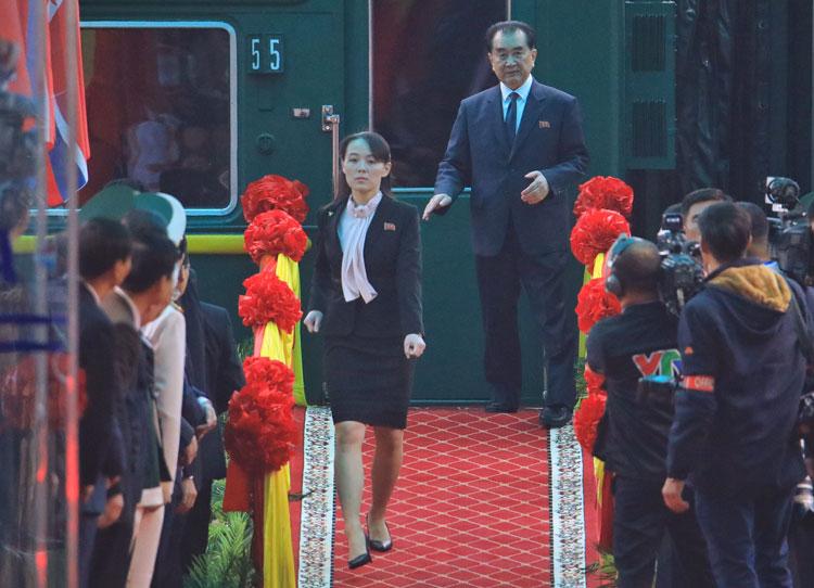 Kim Yo-jong, em gái Chủ tịch Triều Tiên Kim Jong-un, bước xuống sân ga Đồng Đăng, tỉnh Lạng Sơn, sáng ngày 26/2. Ảnh: Hữu Khoa.
