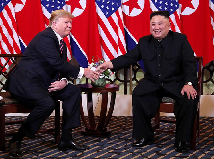 Tổng thống Mỹ và Chủ tịch Triều Tiên bắt tay trước cuộc họp và ăn tối riêng tại khách sạn Metropole tối qua. Ảnh: Reuters.