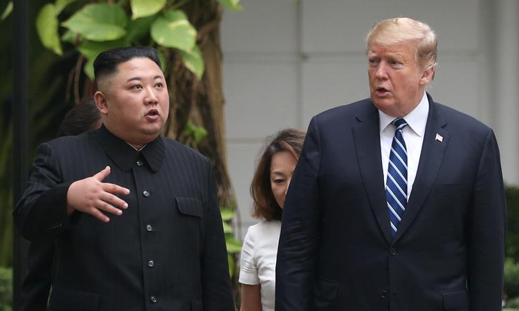Tổng thống Mỹ Donald Trump (phải) và Chủ tịch Triều Tiên Kim Jong-un đi dạo trong khuôn viên khách sạn Metropole, Hà Nội sáng nay. Ảnh: Reuters.