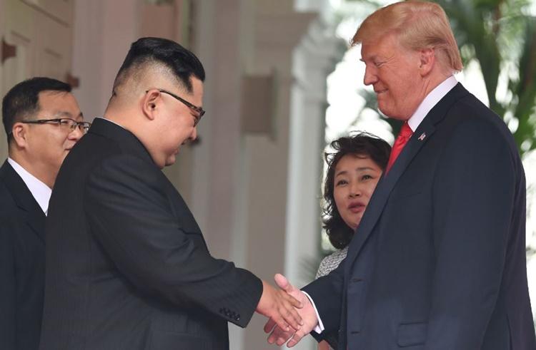 Yun-hyang Lee đứng sau ông Trump tại hội nghị thượng đỉnh Mỹ - Triều ở Singapore tháng 6/2018. Ảnh: AFP.
