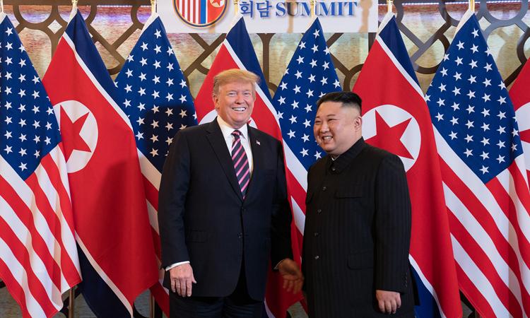 Tổng thống Mỹ Donald Trump (trái) và Chủ tịch Triều Tiên Kim Jong-un gặp nhau tại khách sạn Metropole chiều 27/2. Ảnh: Nhà Trắng.