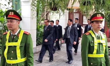 Đoàn Triều Tiên đi ăn bánh xèo, nem cua ở phố Nguyễn Du