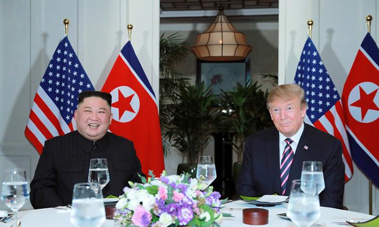 Chủ tịch Kim Jong-un (trái) và Tổng thống Donald Trump (phải) dùng bữa tối tại Hà Nội hôm 27/2. Ảnh: KCNA.