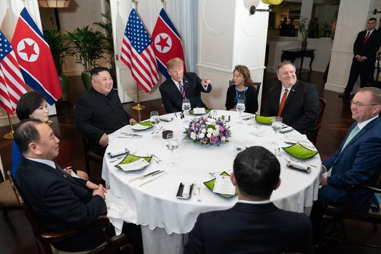 Yun-hyang Lee (dây đeo thẻ màu xanh) ngồi bên phải Tổng thống Mỹ Trump trong bữa tối của ông với Chủ tịch Triều Tiên Kim Jong-un và các quan chức ngày 27/2. Ảnh: Reuters.