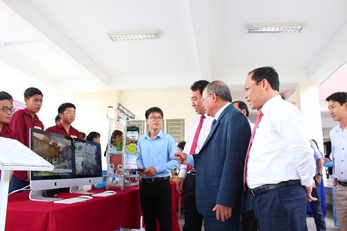 Lãnh đạo Bộ Lao động thương binh và Xã hội, Uỷ ban nhân dân tỉnh tham quan mô hình điều khiển nhà màng thông minh do sinh viên trường nghiên cứu thực hiện.