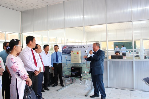Phó giáo sư, Tiến sĩ Cao Hùng Phi giới thiệu hoạt động Trung tâm năng lượng điện.