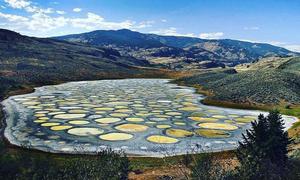 Hồ nước chấm bi siêu mặn ở Canada
