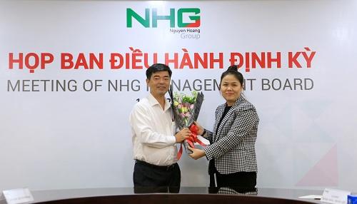 Bà Hoàng Nguyễn Thu Thảo, Tổng giám đốc NHG trao quyết định bổ nhiệm cho Phó giáo sư, Tiến sĩThái Bá Cần.