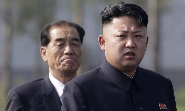 Chủ tịch Triều Tiên Kim Jong-un và Thủ tướng nước này Pak Pong-ju (trái). Ảnh: AP.