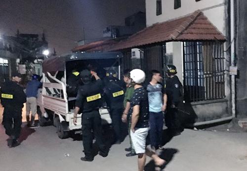 Cảnh sát khống chế Nghĩa đưa về trụ sở. Ảnh: Sơn Hoà.