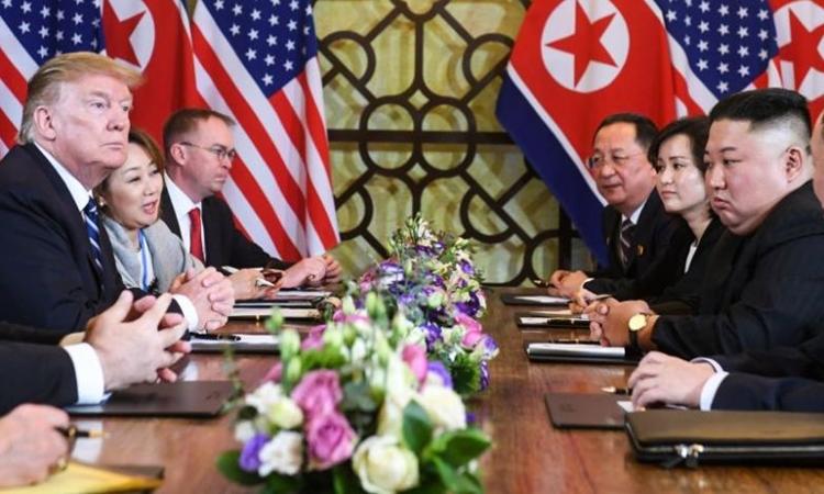 Tổng thống Mỹ Donald Trump và Chủ tịch Triều Tiên Kim Jong-un trong phiên đàm phán mở rộng sáng nay tại khách sạn Metropole. Ảnh: AFP.