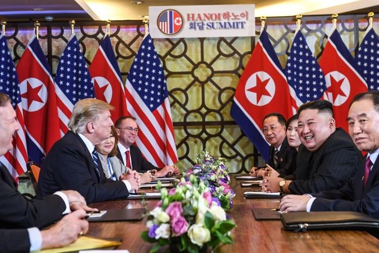 Phái đoàn Mỹ (phải) và phái đoàn Triều Tiên trong cuộc họp mở rộng. Ảnh: Reuters.