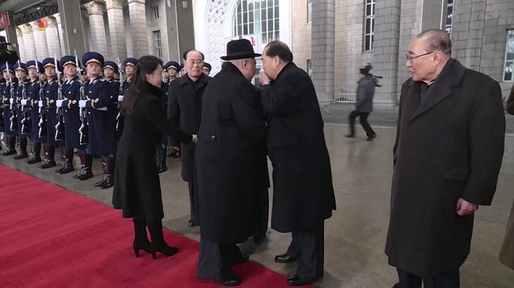 Thủ tướng Pak Pong-ju nói chuyện với chủ tịch Kim Jong-un trong lễ chào đón ông Kim về nước sau chuyến thăm Trung Quốc hồi tháng 1. Ảnh: KCTV.
