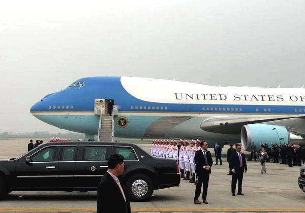 Tổng thống Mỹ bước lên chuyên cơ chiều 28/2. Ảnh: Anh Duy.