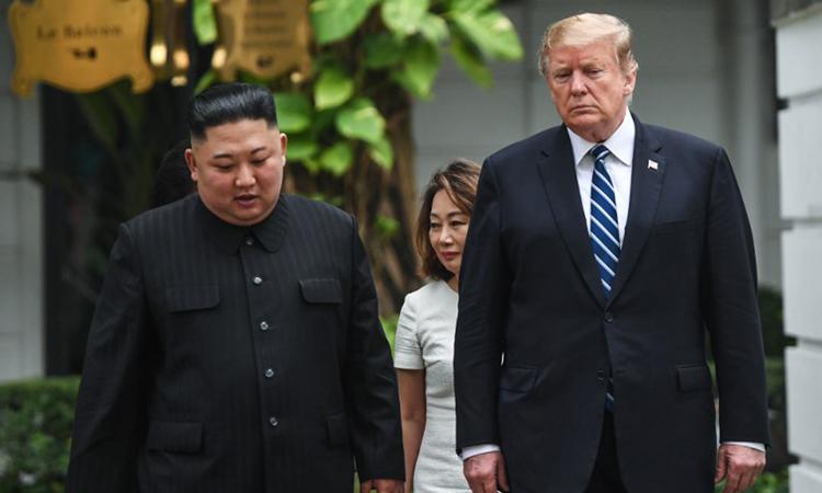 Tổng thống Trump (phải) và Chủ tịch Triều Tiên đi dạo tại khách sạn Metropole sáng nay. Ảnh: AFP.