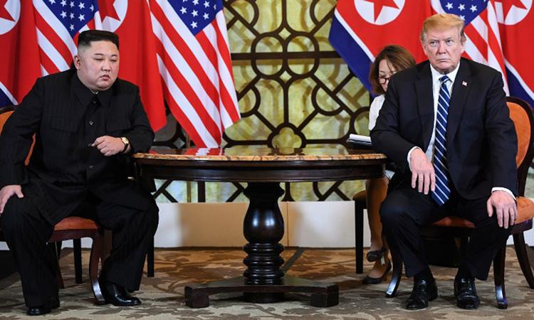 Tổng thống Trump và Chủ tịch Kim Jong-un họp tại khách sạn Metropole sáng nay. Ảnh: AFP.
