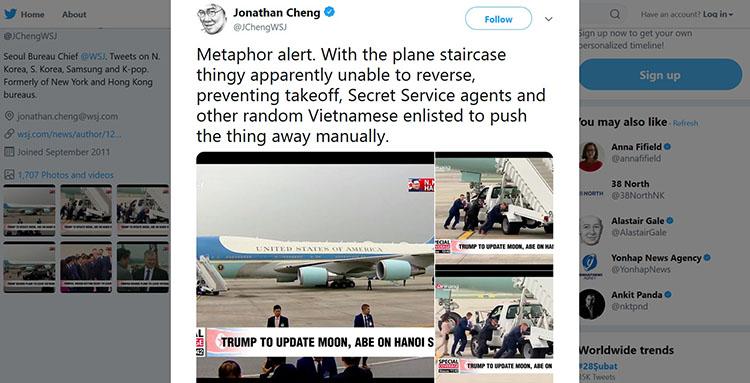 Trưởng văn phòng đại diện của Wall Street Journal ở Seoul, Hàn Quốc, ông Jonathan Cheng chỉ sẻ hình ảnh chiếc thang dẫn lên chuyên cơ Không lực Một của Tổng thống Trump bị hỏng. Ảnh chụp màn hình.