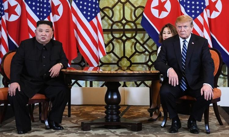Tổng thống Mỹ Trump (phải) và Chủ tịch Triều Tiên Kim Jong-un tại Hà Nội ngày 28/2. Ảnh: AFP.