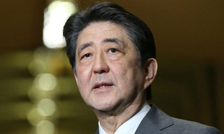 Thủ tướng Nhật Bản Shinzo Abe trả lời phóng viên tại Tokyo hôm 28/2. Ảnh: AFP.