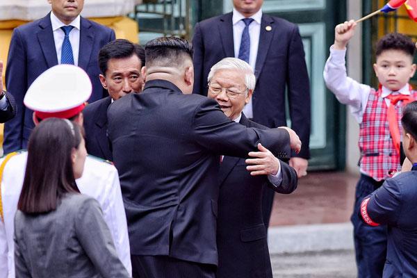 Lãnh đạo hai nước bắt tay và ôm nhau tại lễ đón. Ảnh:Giang Huy.