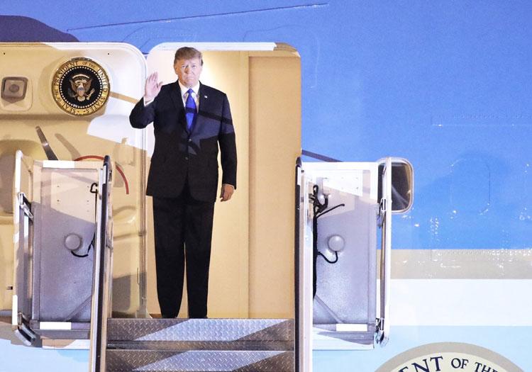 Tổng thống Mỹ Donald Trump vẫy chào khi tới sân bay Nội Bài hôm 26/2. Ảnh: Ngọc Thành.