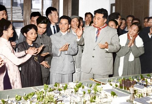 Thủ tướng Triều Tiên Kim Nhật Thành (đứng hàng đầu, đeo cà vạt) tại nhà máy dệt Nam Định. Ảnh: Bảo tàng Hồ Chí Minh.