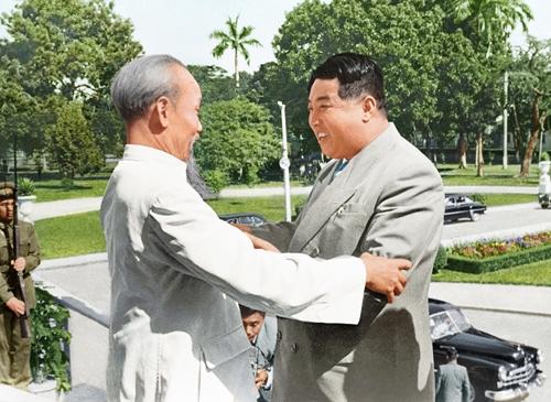 Chủ tịch Hồ Chí Minh tiếp đón Thủ tướng Triều Tiên Kim Nhật Thành tại Hà Nội năm 1958. Ảnh: Bảo tàng Hồ Chí Minh.