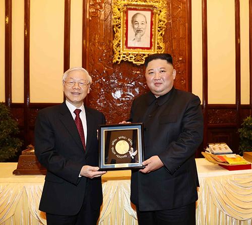 Tổng Bí thư, Chủ  tịch nước Nguyễn Phú Trọng trao tặng phẩm cho Chủ tịch Triều Tiên Kim Jong-un. Ảnh: TTXVN