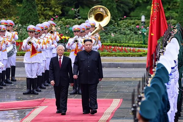 Tổng bí thư, Chủ tịch nước Nguyễn Phú Trọng và Chủ tịch Kim Jong-un cùng duyệt đội danh dự. Ảnh: Giang Huy.
