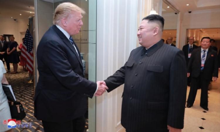 Tổng thống Mỹ Donald Trump và Chủ tịch Triều Tiên Kim Jong-un bắt tay tại khách sạn Metropole,Hà Nội. Ảnh: KCNA.