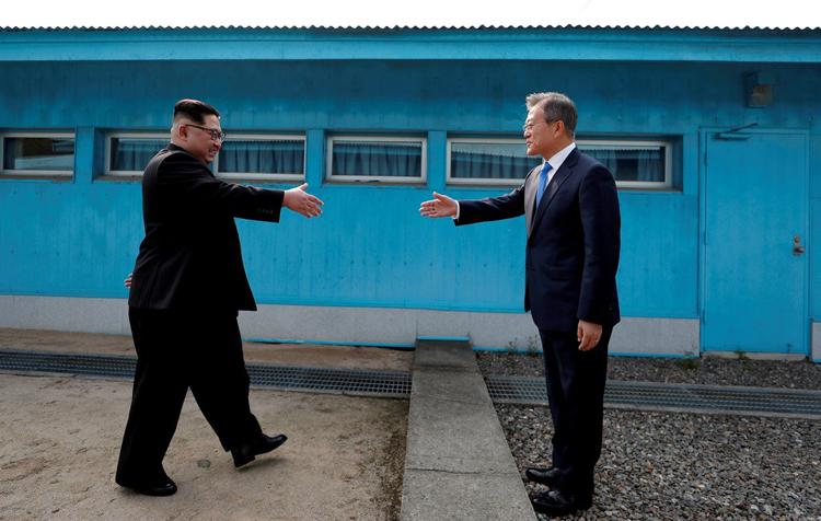 Cú bắt tay lịch sử giữa Chủ tịch Triều Tiên Kim Jong-un (trái) và Tổng thống Hàn Quốc Moon Jae-in tại hội nghị thượng đỉnh liên Triều năm 2018. Ảnh: Reuters.