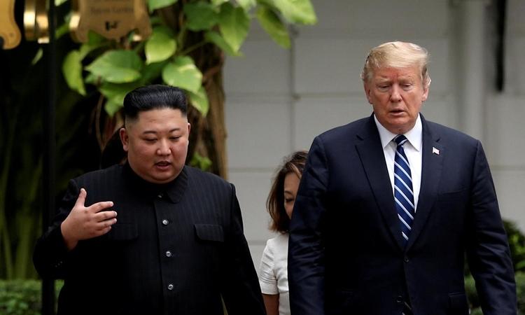 Chủ tịch Triều Tiên Kim Jong-un (trái) và Tổng thống Mỹ Donald Trump tại hội nghị thượng đỉnh ở Hà Nội ngày 28/2. Ảnh: Reuters.