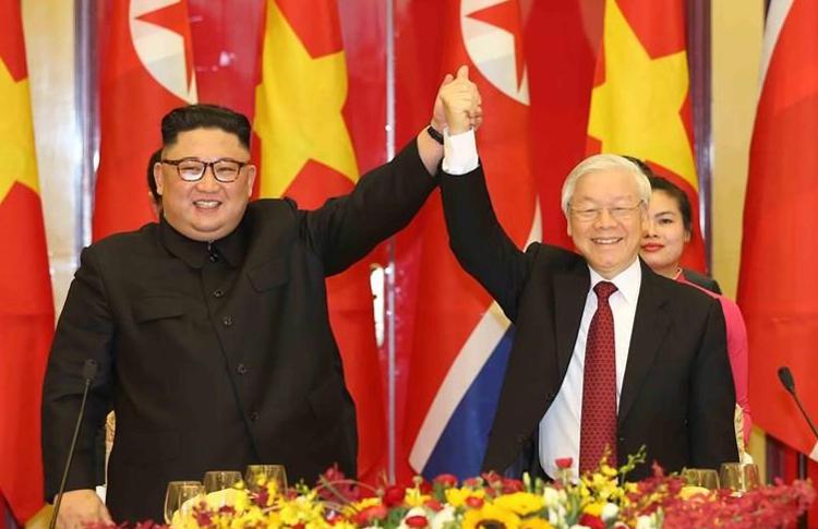 Tổng bí thư Nguyễn Phú Trọng và Chủ tịch Kim Jong-un tại buổi chiêu đãi. Ảnh: TTX.