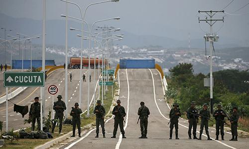 Quân nhân Venezuela gác tại chân cây cầu nối với Colombia. Ảnh: AP.