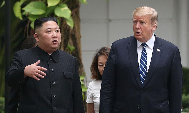 Lãnh đạo Triều Tiên Kim Jong-un và Tổng thống Mỹ Donald Trump (phải) đi dạo trong khuôn viên khách sạn Sofitel Metropole, Hà Nội, ngày 28/2. Ảnh: Reuters.