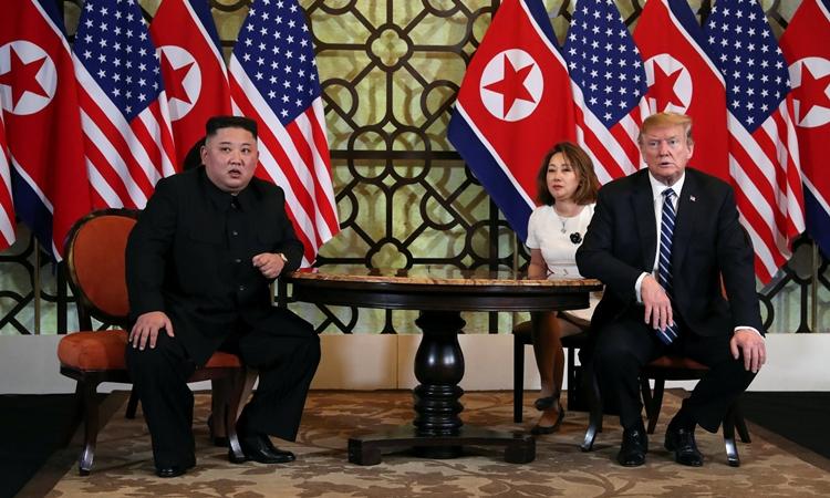 Chủ tịch Triều Tiên Kim Jong-un (trái) và Tổng thống Mỹ Donald Trump trong cuộc gặp tại khách sạn Metropole, Hà Nội, hôm 28/2. Ảnh: Reuters.