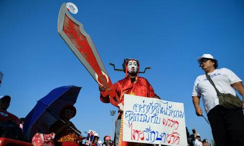 Người dân ở Bangkok biểu tình để thể hiện sự ủng hộ với anh em nhà cựu thủ tướng Thaksin. Ảnh: Bloomberg.