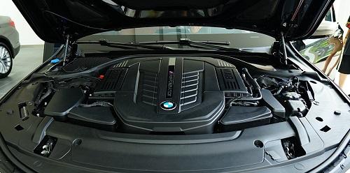 BMW M760Li sử dụng động cơ V12 6,6L cho công suất 610 mã lực và mô-men xoắn cực đại 800 Nm.
